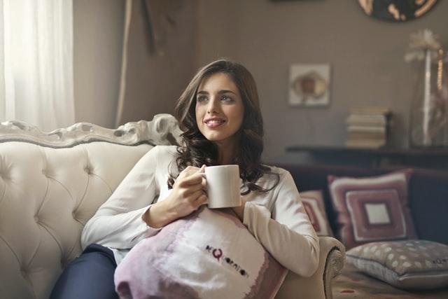 ソファの上で笑顔を浮かべる女性