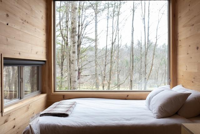 窓のそばに置かれたベッド