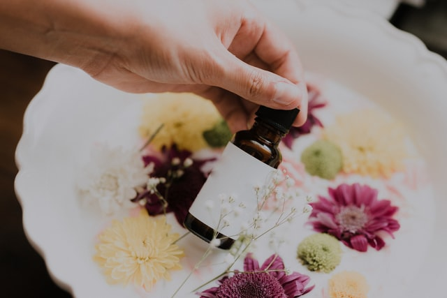 アロマオイルと花
