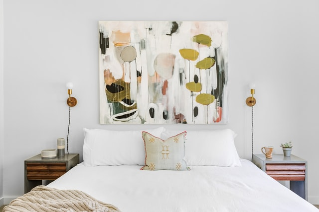 絵が飾られたベッドルーム