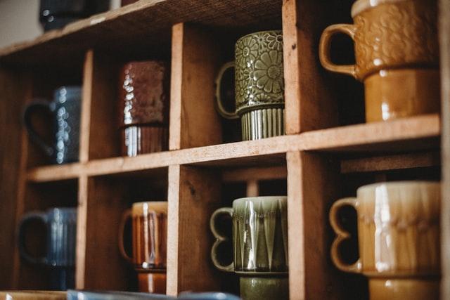 食器棚に並んだコーヒーカップ