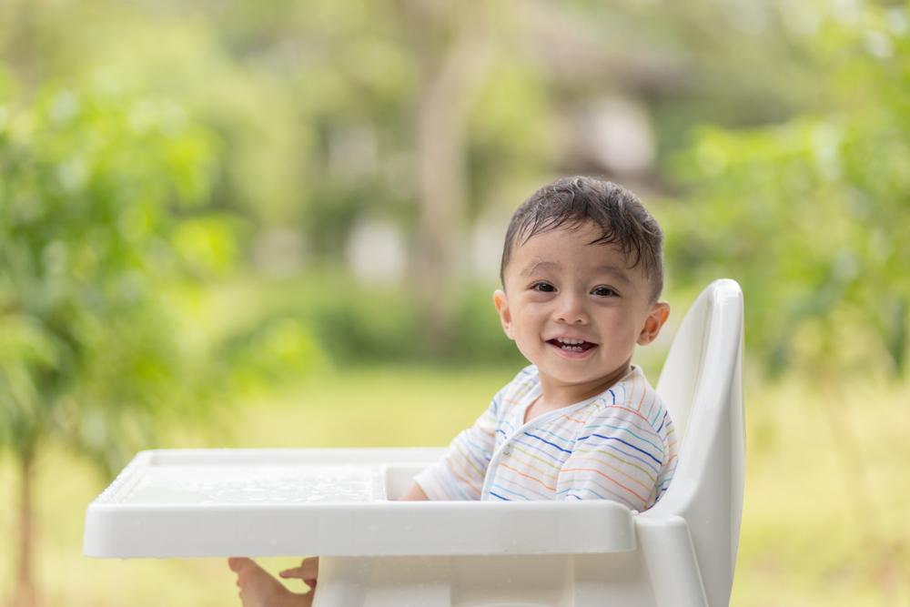 ベビーチェアに座る子供
