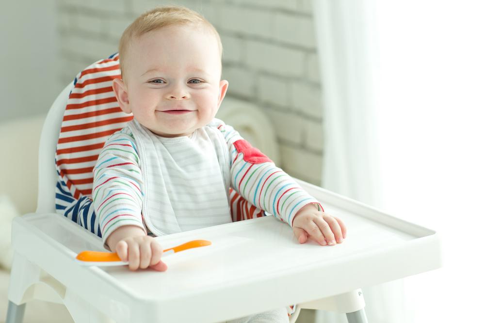 ベビーチェアで笑顔の赤ちゃん