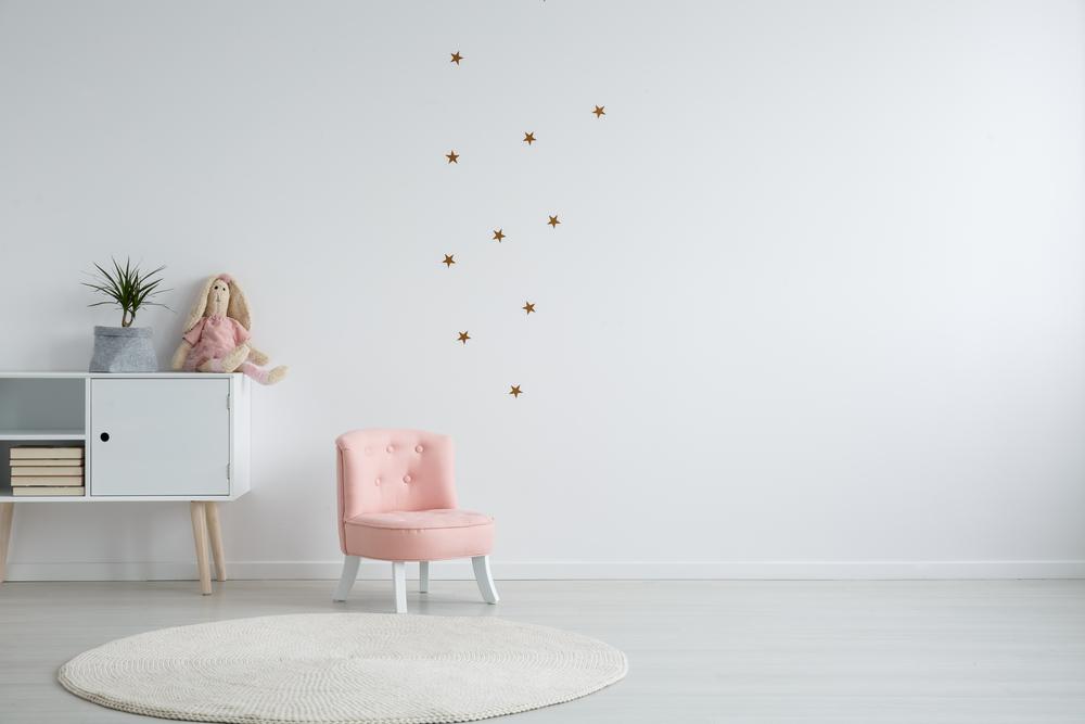 白い部屋にあるピンクの小さな椅子