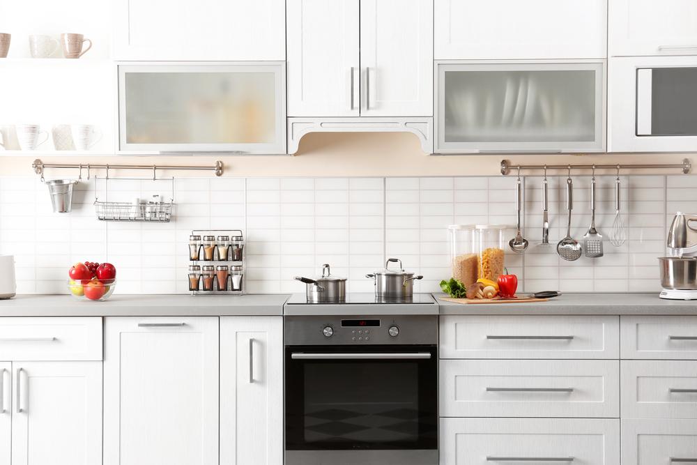白のキッチンとステンレスの小物