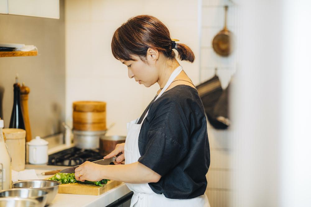 お料理をする料理研究家の植松良枝さん