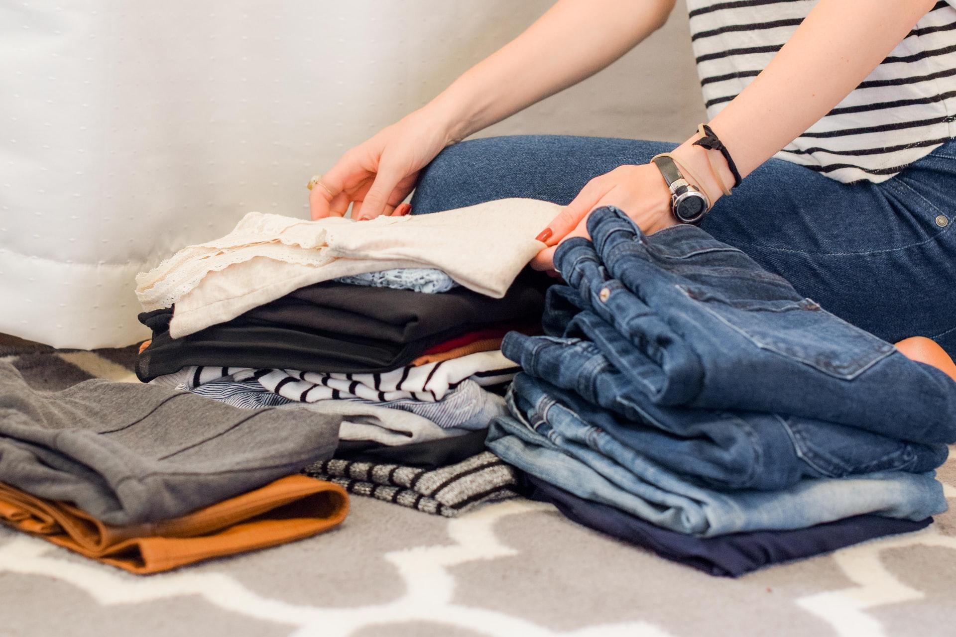 洋服の整理をする女性