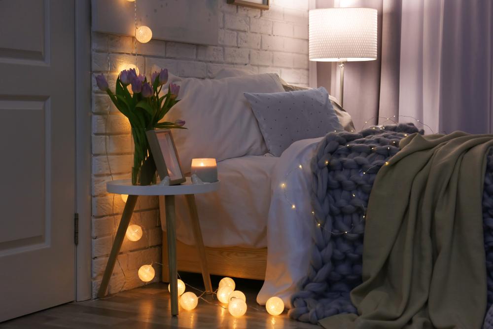 ベッドサイドにおしゃれな照明が設置された寝室