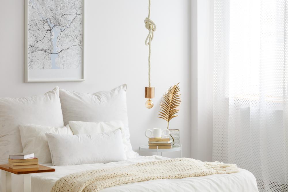 電球ランプと白いベッドの部屋