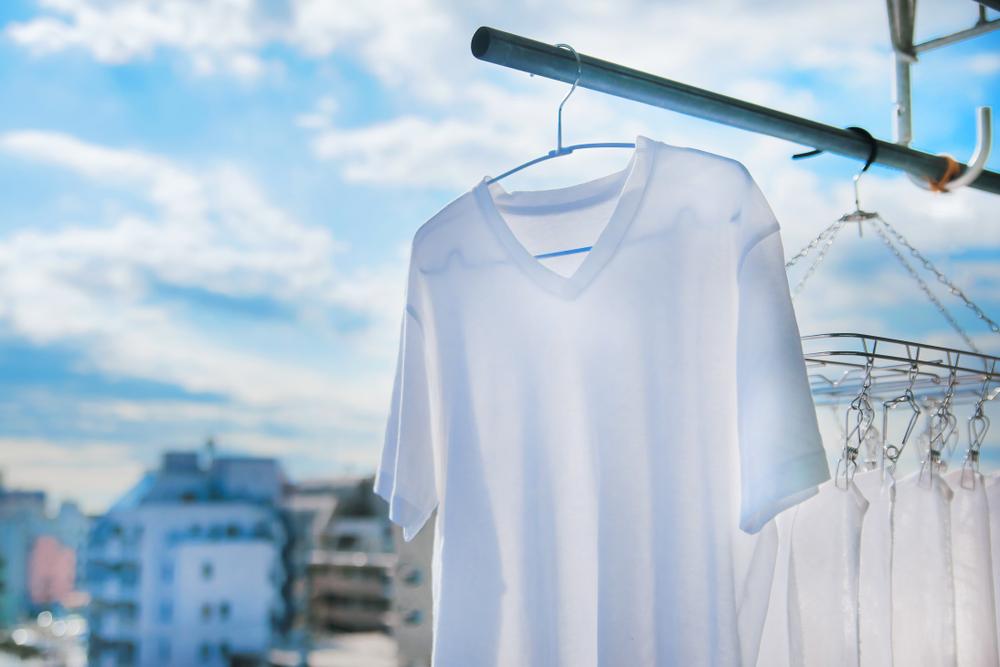 ハンガーにかかっている白いTシャツ