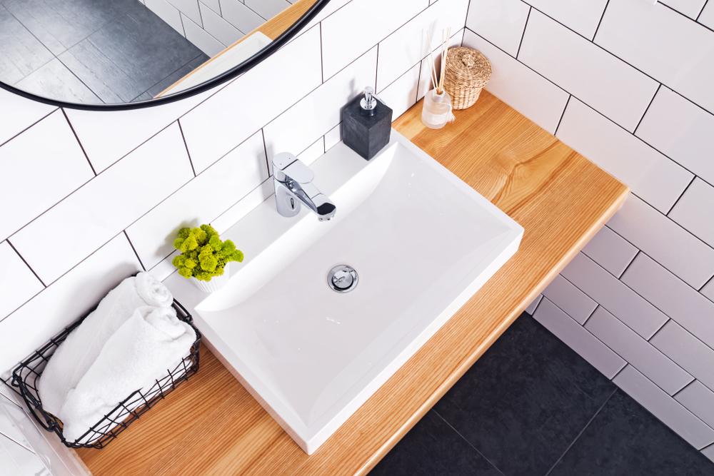 四角い洗面台と丸い鏡