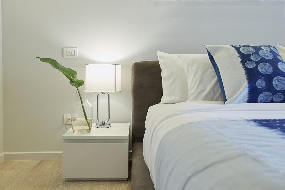 ベッドサイドにデスクがある寝室