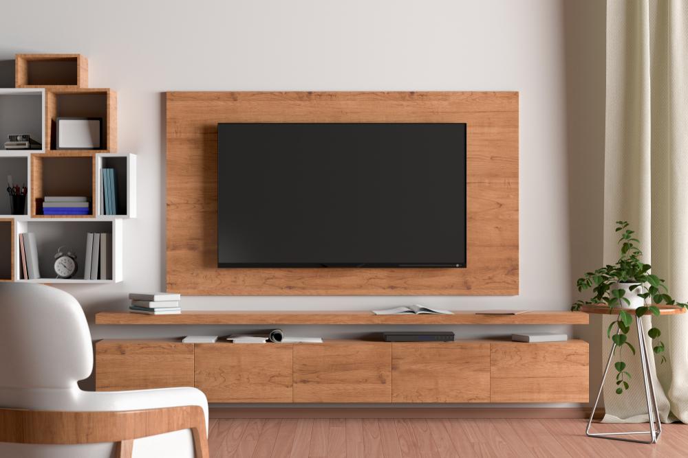壁に設置したテレビと棚があるリビングルーム