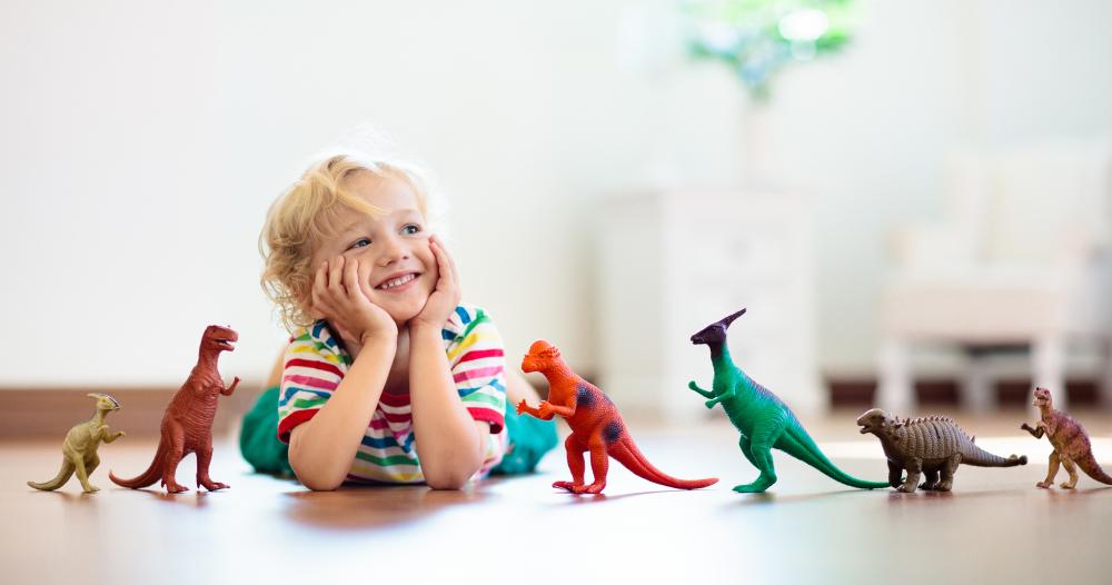 おもちゃを前に笑顔を浮かべる子ども
