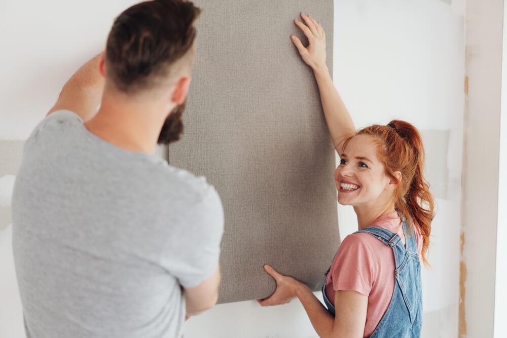 壁紙を貼るカップル