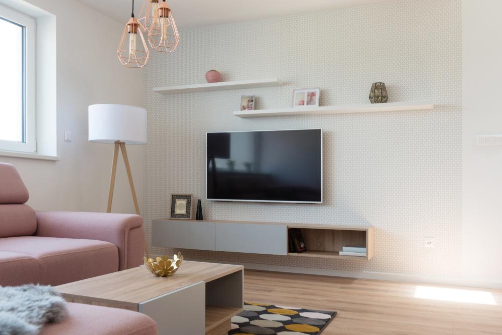 ピンクのソファとテレビがあるリビングルーム