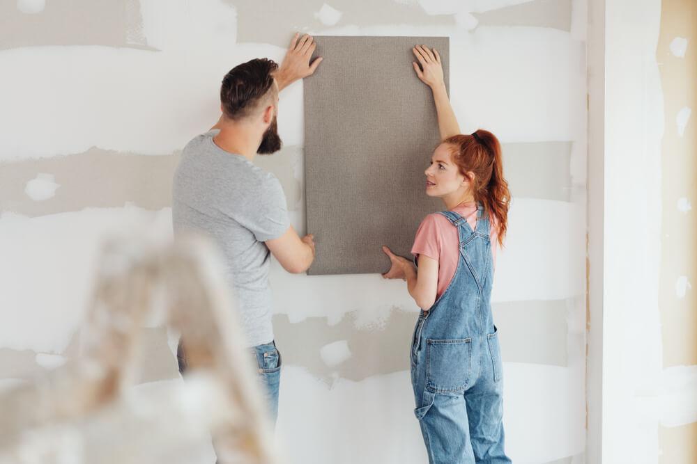壁紙をDIYするカップル