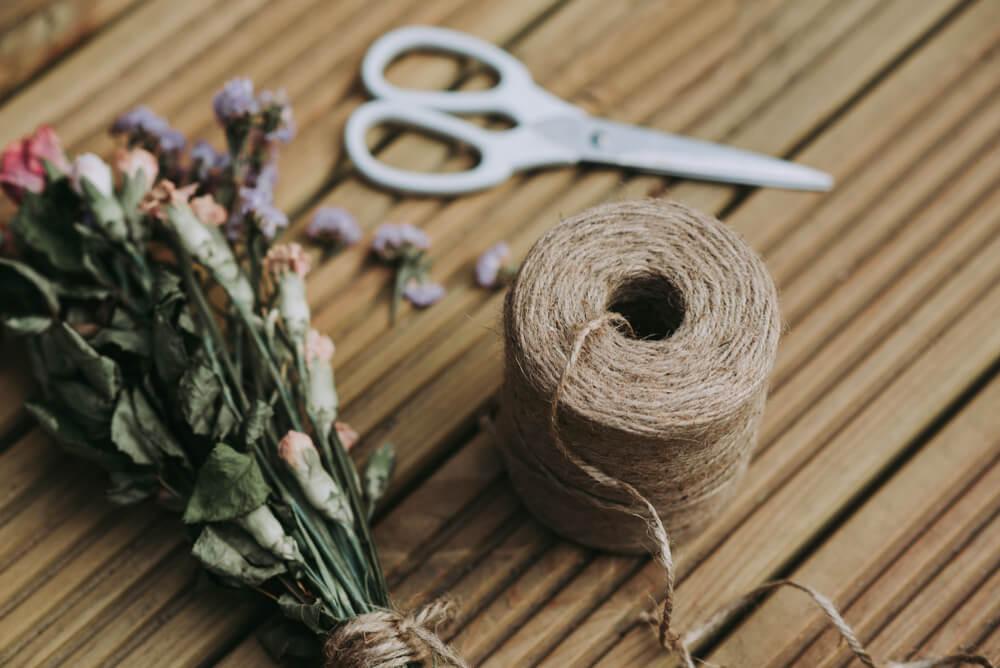 ハサミと麻紐でドライフラワーの作り方