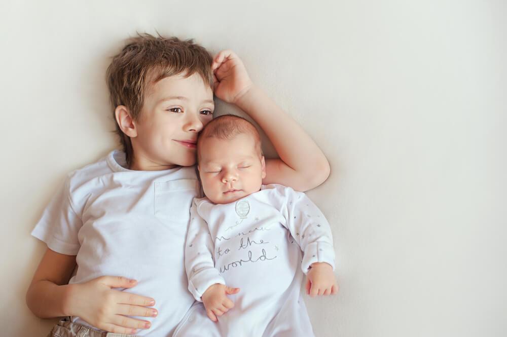 赤ちゃんとお兄ちゃんの兄弟
