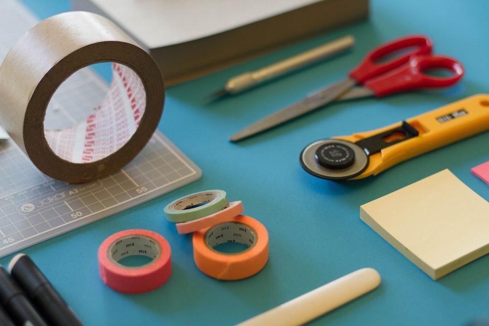テーブルの上に並んだ工具