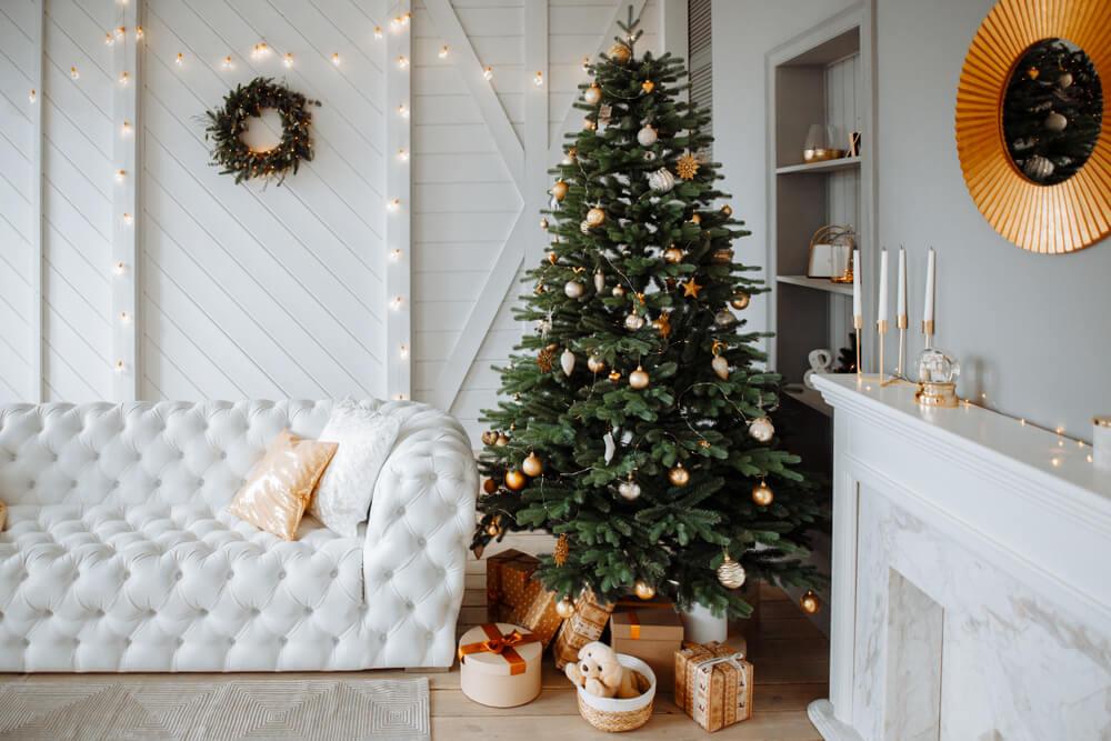 白を基調にしたリビングにあるクリスマスツリー