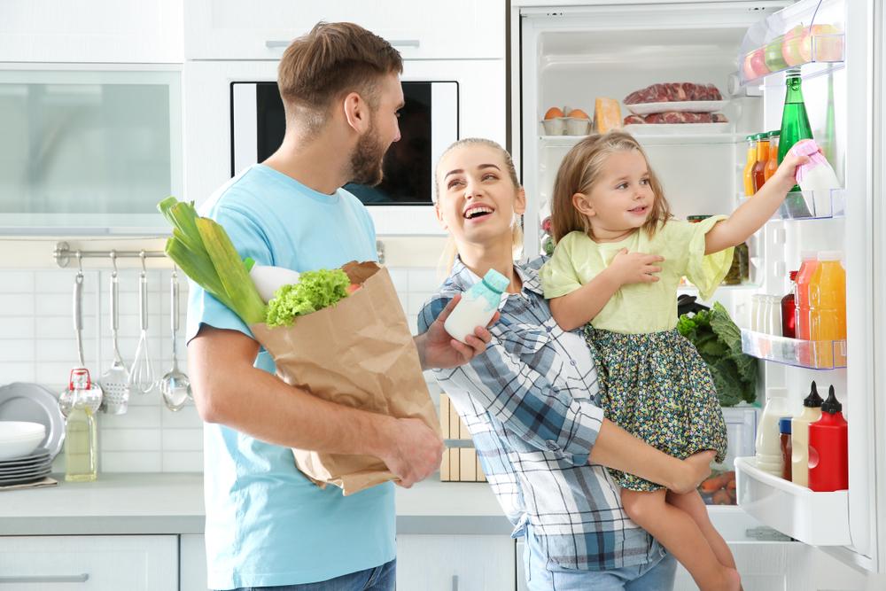 冷蔵庫の前で会話を楽しむ家族