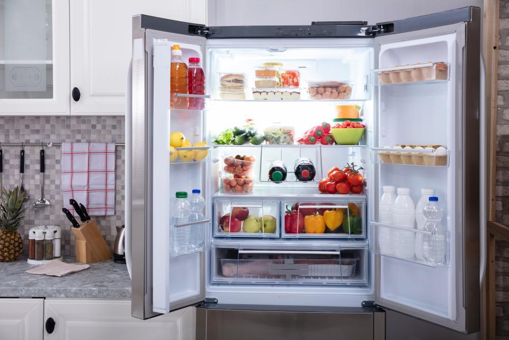 左右の扉が開いた冷蔵庫