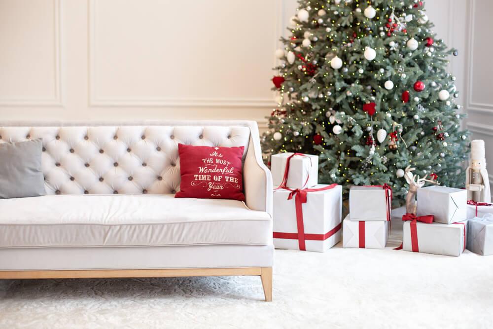 白のソファとクリスマスツリー