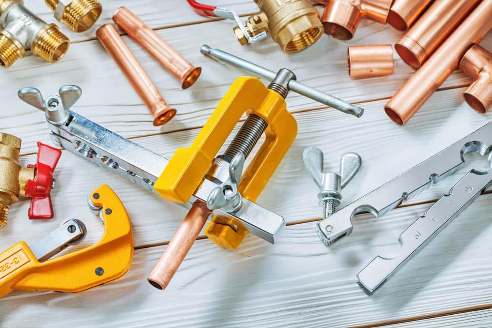 床に置かれたさまざまな工具