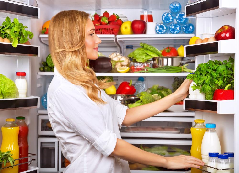 冷蔵庫内を物色する女性