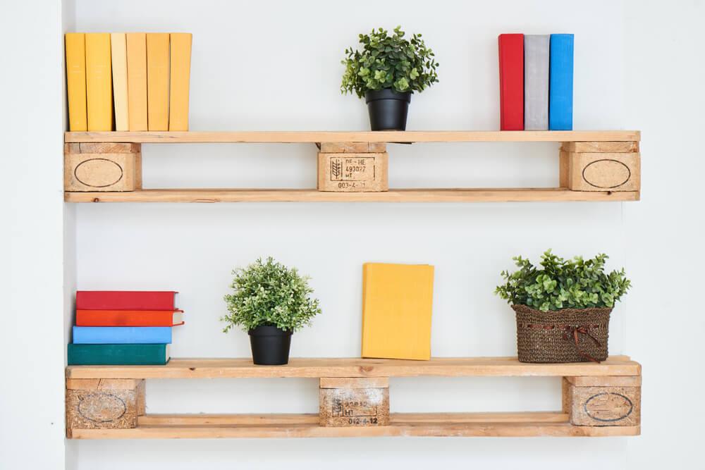本や植物が置かれた棚
