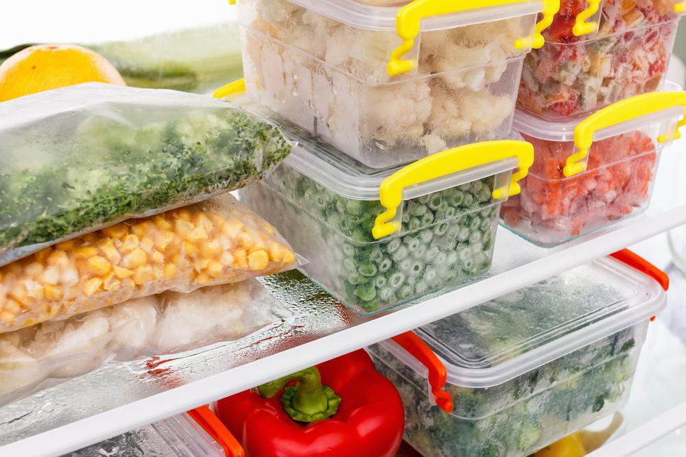 冷蔵庫に並ぶ食材と保存容器