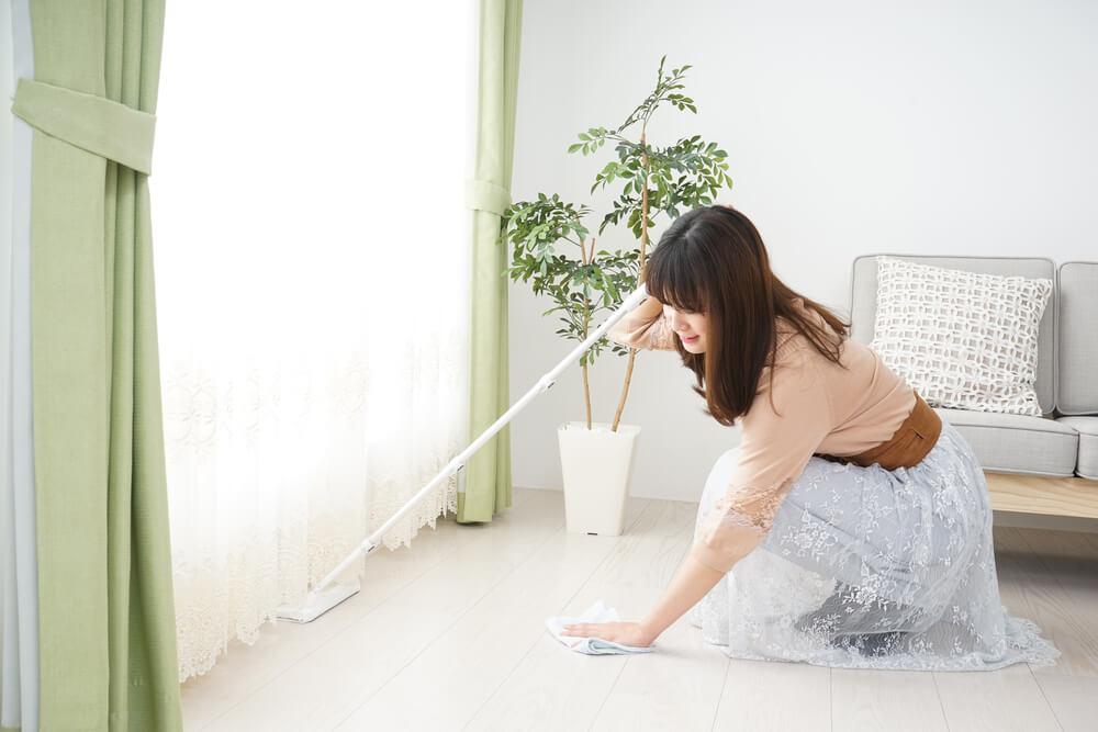 モップと雑巾で掃除する女性