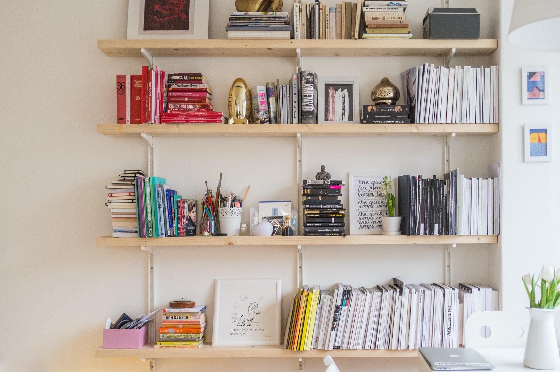 本や写真が陳列された棚