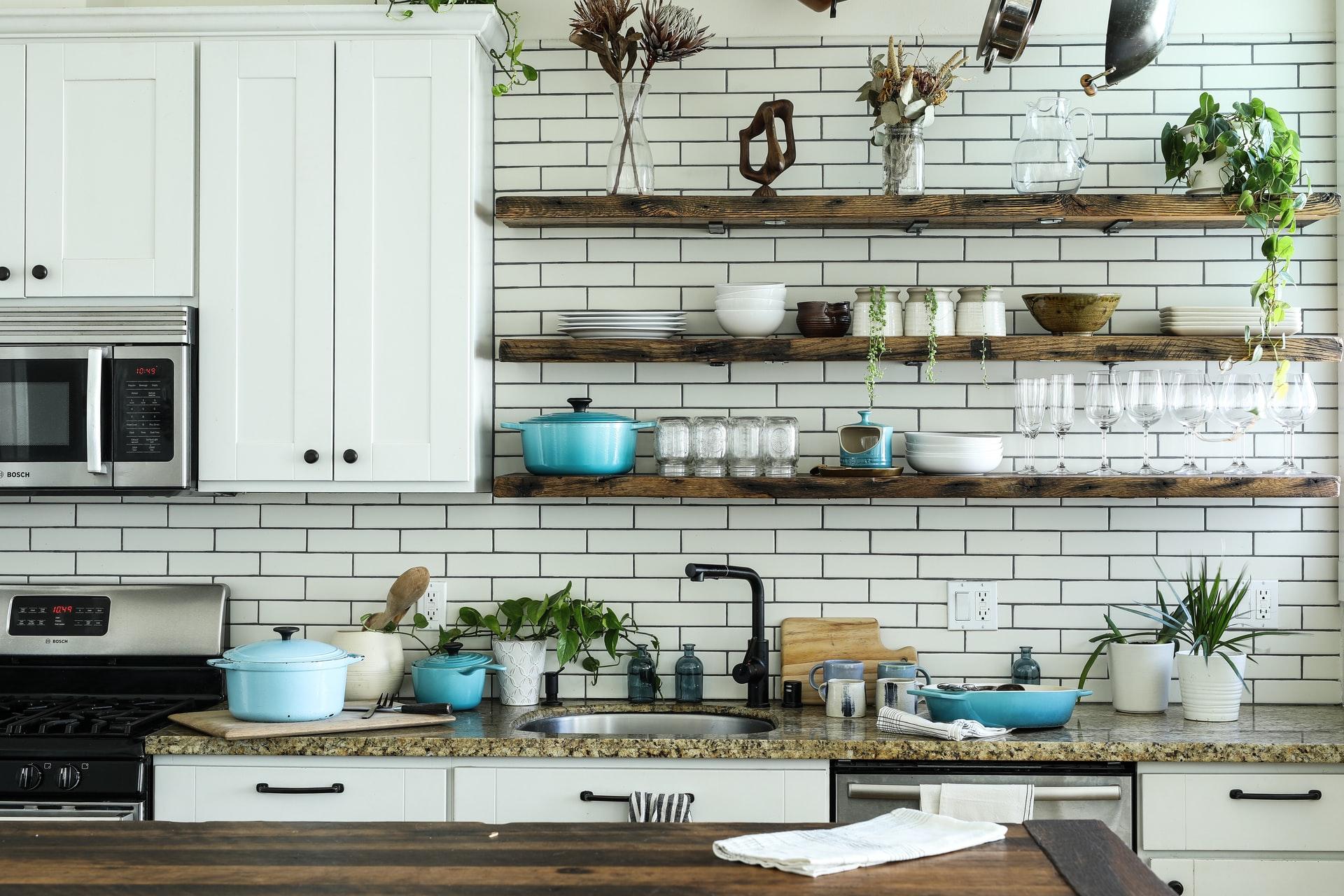 おしゃれな棚が印象的なキッチン