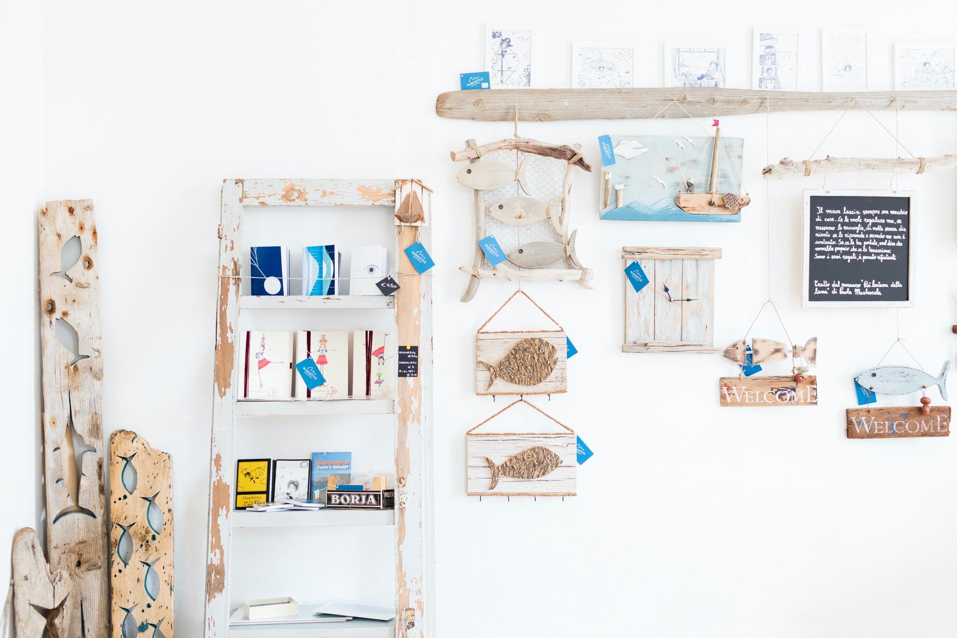 壁に飾られたDIY家具や小物