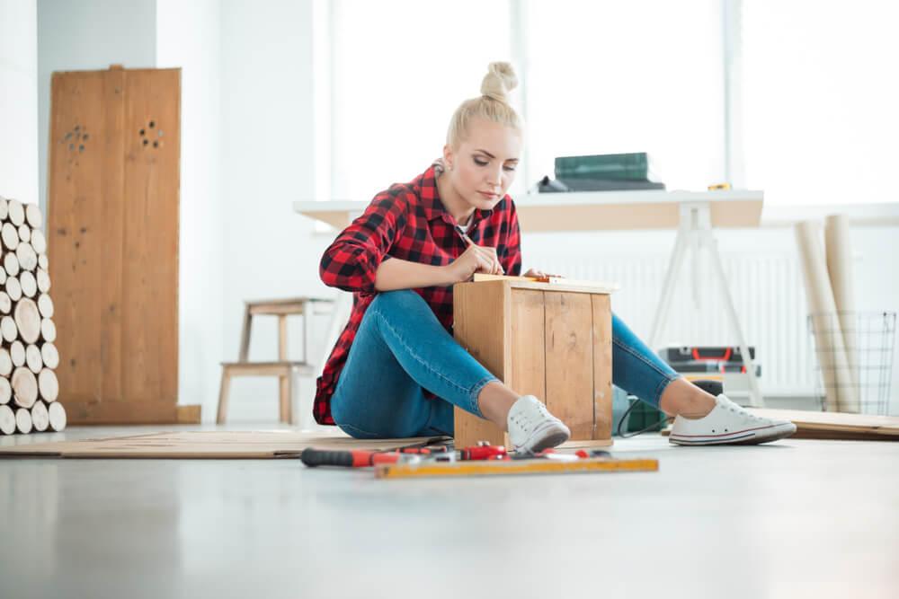 木材を使ってDIYをする女性