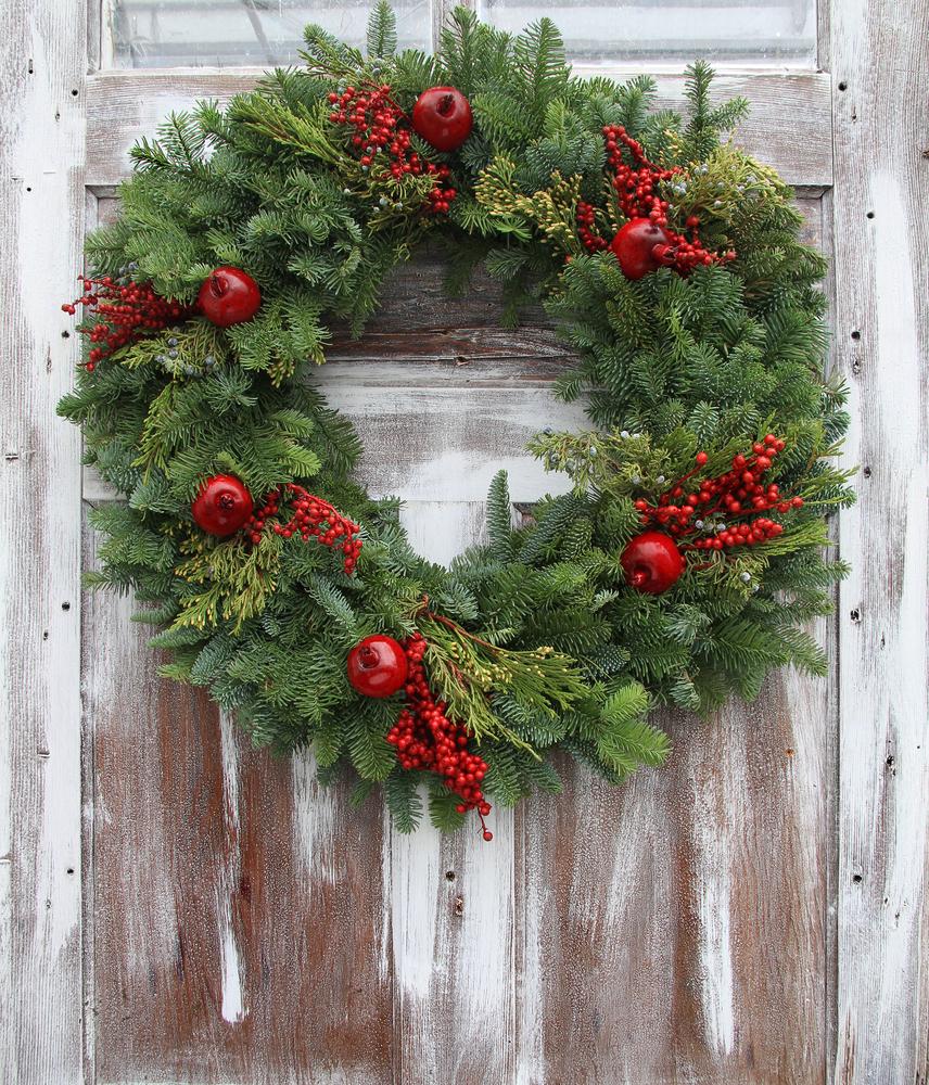 玄関に飾られるクリスマスリース