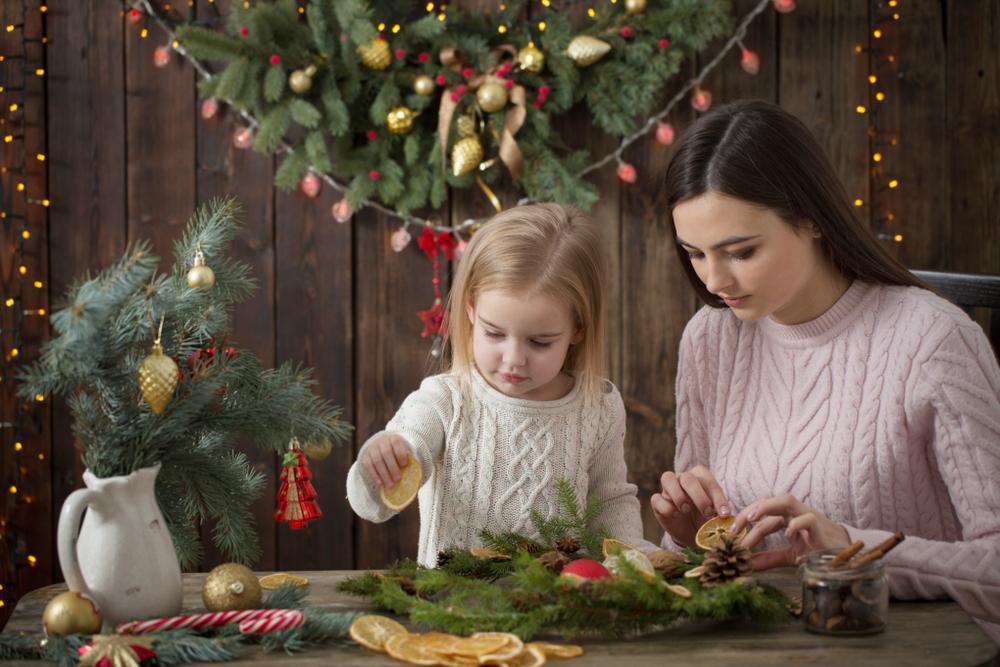 クリスマスリースを作る親子