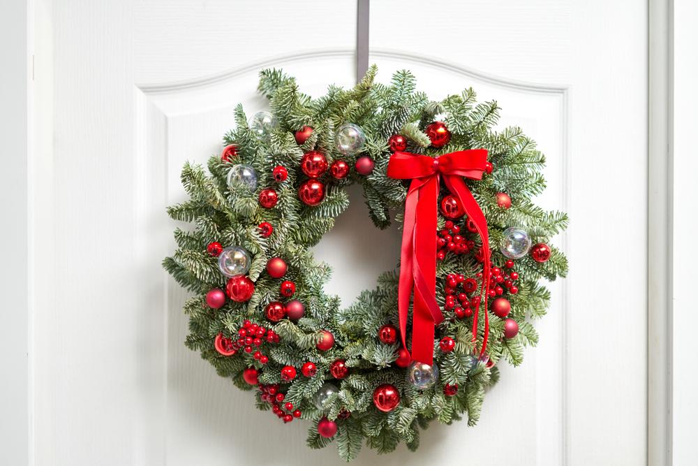 白いドアに飾ったクリスマスリース