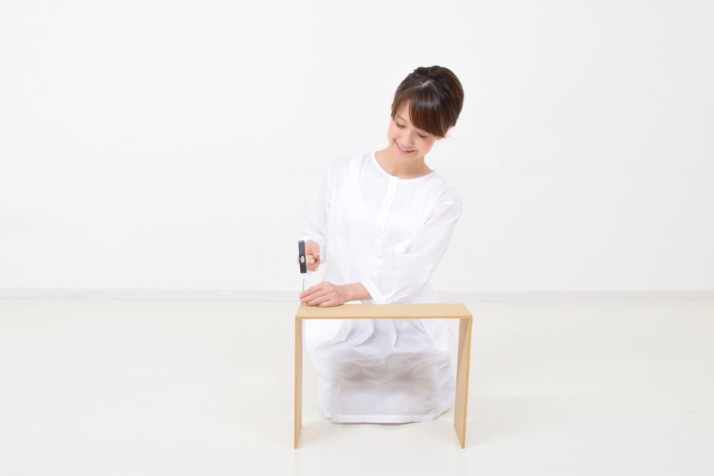 棚を作る女性