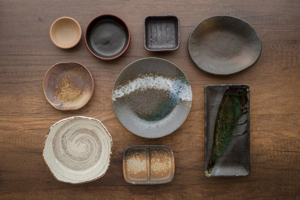 テーブルにきれいに並べられたお皿