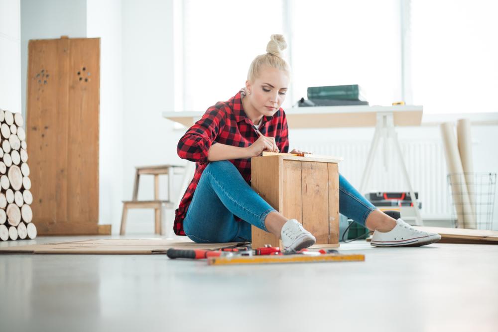 木の板を使ってDIYしている女性