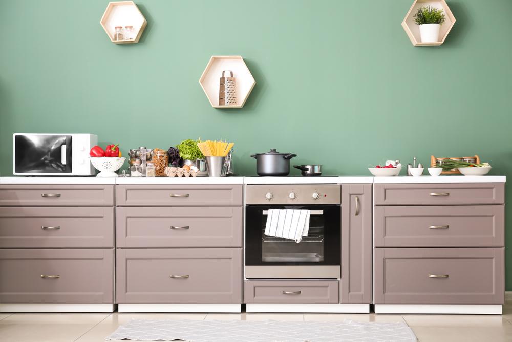 グリーンの壁紙のキッチン