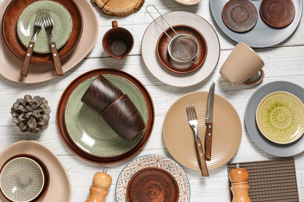 温かみのある色調の食器やカトラリー