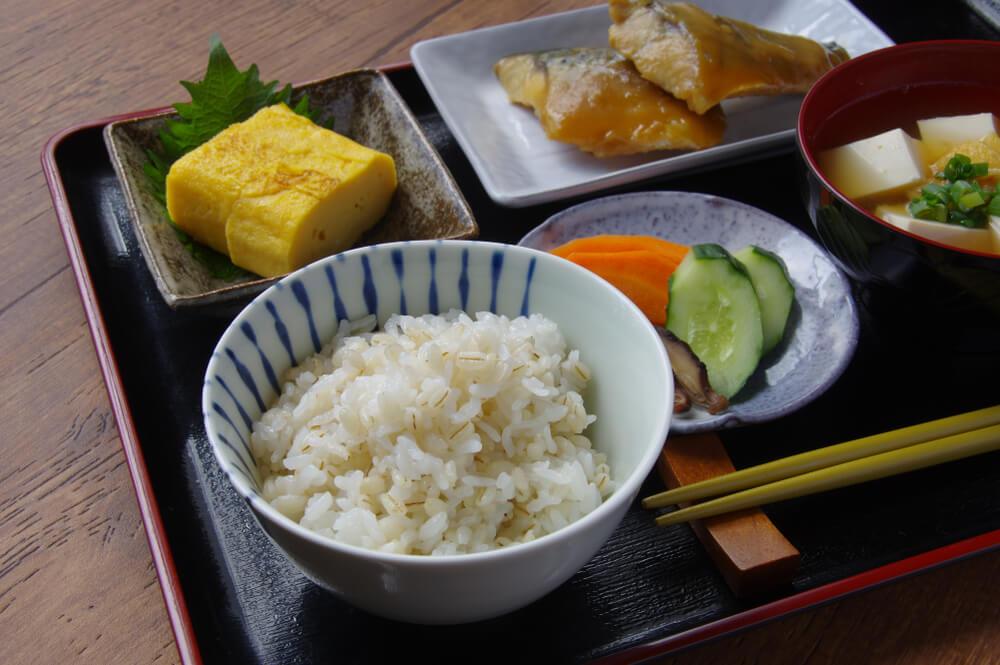 伝統的な日本食が並んだ食卓
