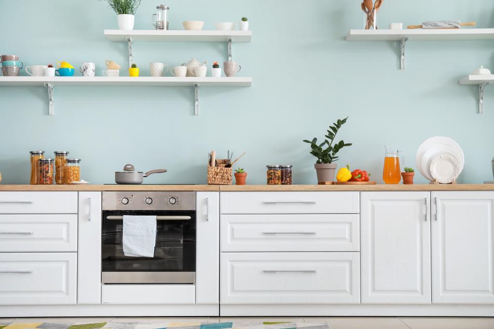 壁面が水色になっているキッチン