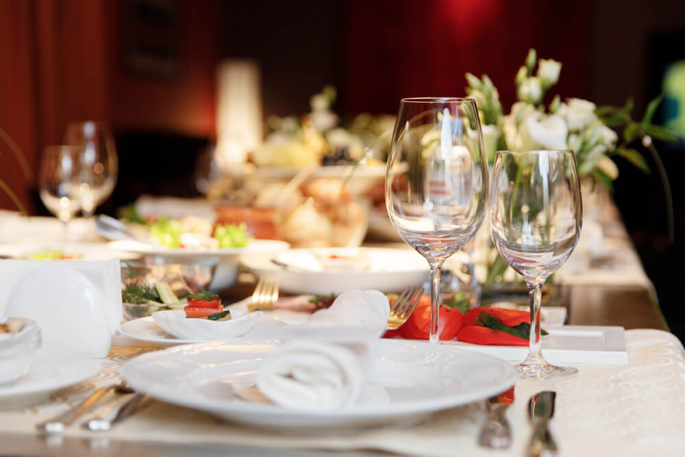 お皿の上にナプキンが置かれた洋食のテーブルコーディネート