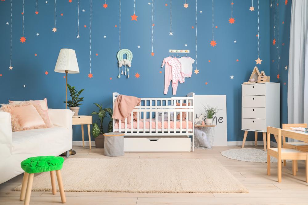 青い壁紙の赤ちゃん部屋