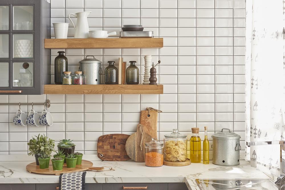 壁に棚が取り付けられたキッチン